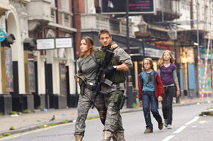 Rose Byrne runs away in 28 Weeks Later