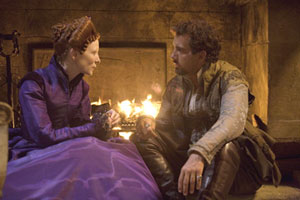 Cate Blanchett as Elizabeth and Clive Owen as Walter Raleigh in Elizabeth : The Golden Age