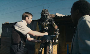 Wikus evicts an alien from this shack in District 9