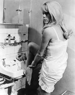 Having a dead body in the bath makes washing awkward for Carol in Repulsion